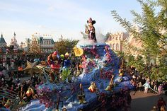 I'm so jealous of Mickey, must be great to stand on top of this parade float and look at #disneylandparis this way!