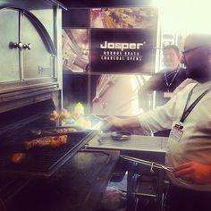 Cocinando los Spanish Hot Dogs by Albert Adrià en el JOSPER de ssg'13, enviado por @Gastroeconomy .com