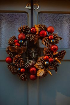 Welcome To Christmas, Christmas And New Year, Holiday Wreaths, Christmas Decorations, Holiday Decor, Spring Wreaths, Diy Wreath, Ornament Wreath, Green Wreath