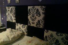 Achterwand van bed bekleed met stof en de rest van het bed