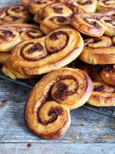 Wienerbrød-snegler #sjokolade #chocolate #danish #pastry #pastries #wienerbrød #søtgjærbakst #gjærbakst #bakst #baking #oppskrift #recipe Beautiful Cakes, Sausage, French Toast, Deserts, Sweets, Breakfast, Cuisine, Morning Coffee, Desserts