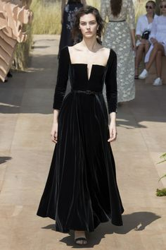 Take a look to Christian Dior Haute Couture Fall Winter the fashion accessories and outfits seen on Parigi runaways. Dior Haute Couture, Style Couture, Couture Fashion, Runway Fashion, Fashion Show, Christian Dior Couture, Christian Dior Dress, Juicy Couture, Dark Fashion