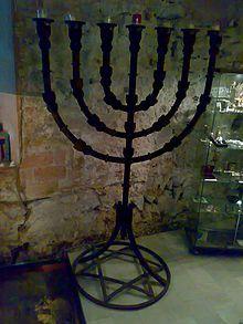 Barrio judío de Barcelona: menorá en la nueva sinagoga de la ciudad.   Jewish quarters in Spain.
