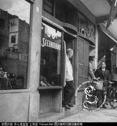 站在门**谈的犹太商人 1945  jewish street dealings...