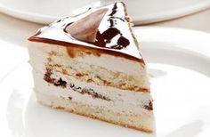 Кофейно-творожный торт: вкусный / Состав: 2 плитки горького черного шоколада, 3/4 пачки сливочного масла, 4 яйца, 1 стакан сахара, 3 пакетика ванилина, 1 стакан муки с верхом, 2 ч. ложки пекарского порошка, 5 ст. ложек растворимого кофе, 1 стакан сливок, небольшая упаковка сметаны, 500 г детских сырков, шоколадные листики для украшения, жир и мука для формы, соль. Приготовление: Шоколад поломайте (1/3 часть плитки оставьте), растопите вместе с маслом на водяной бане и