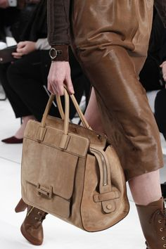 See detail photos for Tod& Fall 2017 Ready-to-Wear collection. Luxury Bags, Luxury Handbags, Tods Bag, Leather Projects, Handbags On Sale, Beautiful Bags, Luggage Bags, Evening Bags, Fashion Bags