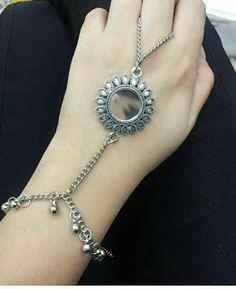 Gold Jewelry Simple, Stylish Jewelry, Fashion Jewelry, Antique Jewellery Designs, Fancy Jewellery, Indian Jewelry Sets, Silver Jewellery Indian, Hand Jewelry, Ankle Jewelry