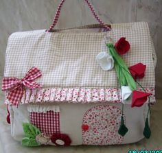 DIY - Diapers Bag (in Portuguese) I'm gunna modify to fit my sewing machine Handmade Bags, Handmade Crafts, Sewing Crafts, Sewing Projects, Diy Diapers, Purse Tutorial, Tutorial Sewing, Fabric Houses, Sewing Rooms