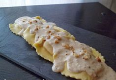 Raviolis con salsa de nueces Recipe of ravilois with nut sauce, stuffed with goat cheese and caramelized onion, a plate full of contrasts and flavors. A delight ! Pasta Recipes, Real Food Recipes, Snack Recipes, Cooking Recipes, Yummy Food, Couscous, Tapas, Walnut Sauce, Walnut Recipes