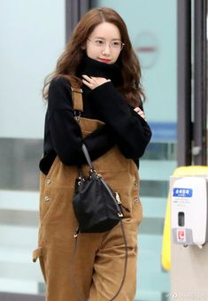 Last December Girls Generation's Yoona treated fans to a sight of her cool and youthful outfit! Kpop Fashion, Girl Fashion, Fashion Looks, Airport Fashion, Fashion Outfits, Kpop Mode, Jumper Pants, Girl's Generation, Instyle Magazine