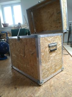 Diy Garage Storage, Crate Storage, Pallet Projects, Woodworking Projects, Furniture Makeover, Diy Furniture, Wooden Toilet Paper Holder, Osb Board, Camping Box