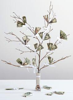 ein baum mit geld als hochzeitsgeschenk