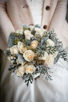 Bouquet Invernale, tutta la magica atmosfera di questa stagione Winter Wedding Flowers, White Wedding Bouquets, Bride Bouquets, Floral Wedding, Wedding Dresses, Wedding Colours, January Wedding, Winter Bouquet, Nontraditional Wedding