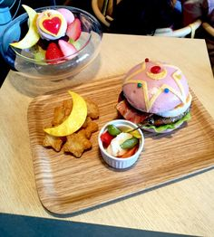 Quick to sell out Sailor Moon burger, Pop-up cafe in Tokyo Sailor Moon Cafe, Sailor Moon Party, Sailor Moon Wedding, Moon Food, Yummy Treats, Yummy Food, Cute Themes, Bento Recipes, Japanese Food
