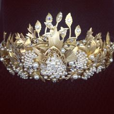 Fashion fit for a queen! Mary's crown #Reign