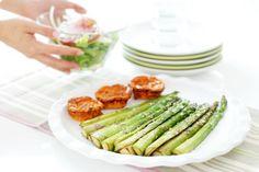 Espárragos verdes a la plancha con flan de tomate y orégano