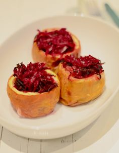 Stuffed apples with red cabbage Christmas Food Treats, Vegan Christmas, Healthy Treats, Healthy Recipes, Healthy Diners, My Favorite Food, Favorite Recipes, Good Food, Yummy Food