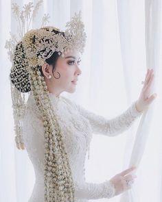 Wedding Couple Poses, Wedding Couples, Wedding Bride, Dream Wedding, Royal Wedding Gowns, Wedding Hijab, Wedding Dresses, Javanese Wedding, Indonesian Wedding