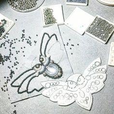 Совушка. Мне прислали фото чудеснейшей совы, вот по нему и работаю. автора незнаю. Но с радостью укажу, если он обьявится))) И кстати, вечером фотографировать нельзя))) но очень уж хотелось показать процесс  . P.S. Урааа, нашли. За основу взята идея @rupeka_beads. . . #бисер #бисероплетение #стразы #вышивкабисером #рукоделие #ручнаяработа #украшение #украшениеручнойработы #своимируками #браслет #кольеручнойработы #bead #jewelry #beadjewelry #handmade #beadwork #вышивка #явышиваю #мирдолж...