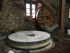 Una gozada la visita inesperada del molino de 1778 de Peñacerrada - Urizaharra. Casualidad que lo estaban reparando y pudimos ver el mecanismo interno. Practicando y turismo rural por Araba / Álava