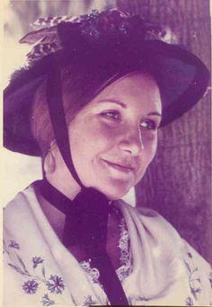 anni 70 - costume tradizionale di Viù, con la cappellina per il giono di mercato (3 °gruppo Folkloristico di Viù-To)