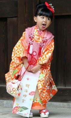 Crianças usam quimono em rito de passagem no Japão. Menina com quimono tradicional mostra a língua enquanto visita o santuário Meiji, em Tóquio, no Japão, para comemorar o festival Shichi-Go-San. O festival é um rito de passagem para crianças que atingem três, cinco e sete anos. Muitas famílias japonesas visitam santuários para pedir um crescimento saudável para as crianças.  Fotografia: Yoshikazu Tsuno/AFP.