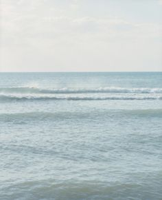 Perfectly straight horizon line + ocean's approaching waves