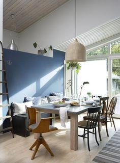 KOMPLETT TABLÅ: Veggen er malt med fargen Nordisk hav,Lady Pure Color fra Jotun. Taklampe fra Ikea, bord og sittebenk er hjemmesnekret.Putene er fra Designers Guild, Anouska og et par er sydd av stoffer fra Stoff og Stil. Vindusveggen har store skyvedørersom gjør rommet helt åpent om sommeren. Ikea, Dining Room, Dining Table, Blue Bedroom, Designers Guild, Guest Bedrooms, Blue Walls, Wall Colors, Interior Decorating