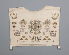 Beuk, in 1825 geborduurd door een Walchers meisje met de initialen SB. De gebruikte motieven zijn bekend van merklappen. Deze motieven werden steeds opnieuw van oudere merklappen gekopieerd, zodat patronen zeer oud kunnen zijn. Sommige daarvan zijn typerend voor een bepaalde streek. Zo zijn de bloemtakken met de vogels aan beide zijden kenmerkend voor Zeeland. Na 1875 borduurden de vrouwen hun beuken niet meer. Ze gingen ze maken van gedessineerde modestofjes. #Zeeland #Walcheren