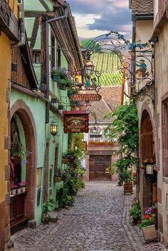 Jolie ruelle et restaurants, Riquewihr, Alsace, France.
