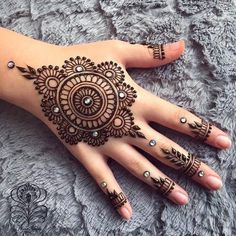 Mehndi design makes hand beautiful and fabulous. Here, you will see awesome and Simple Mehndi Designs For Hands. Henna Hand Designs, Eid Mehndi Designs, Mehndi Designs Finger, Henna Tattoo Designs Simple, Mehndi Designs For Beginners, Modern Mehndi Designs, Mehndi Designs For Girls, Mehndi Design Photos, Mehndi Simple