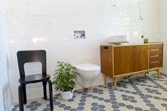 Rosita Haapasaaren ja Matias Anderssonin kylpyhuoneesta lohkaistiin viime hetkellä osa vaatehuoneelle. Vanha senkki kunnostettiin allaskaapiksi. Kuvat: TS/Marttiina Sairanen.