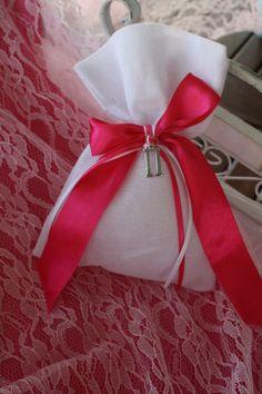 Μπομπονιέρα πουγκάκι με μονόγραμμα.. Event Planning, Gift Wrapping, Joy, Gifts, Gift Wrapping Paper, Presents, Wrapping Gifts, Happiness, Favors