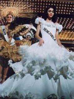 Miss Venezuela en su Presentación en la Parada de las Naciones, en Traje…