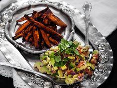 Sötpotatis smakar som bäst på hösten och vintertid! Varför inte servera sötpotatispommes med en salsa som vegans julmat? Här hittar du receptet.