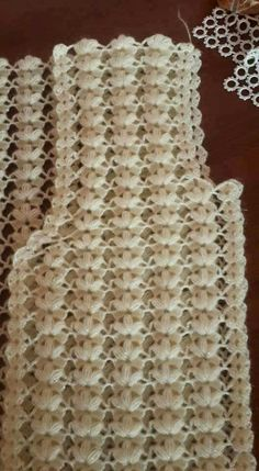 Ripple stitch + broomstick lace (sort of), very nice for shawls, etc.: photo from a Russian site; and here is a Turkish video that provides good demo instruction even if you don Crochet Motifs, Crochet Stitches Patterns, Crochet Doilies, Crochet Flowers, Crochet Lace, Stitch Patterns, Knitting Patterns, Broomstick Lace, Crochet Blouse
