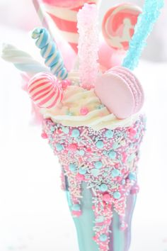 Kara's Party Ideas presents a Cotton Candy Freak Shake that will be a sweet treat! Bebidas Do Starbucks, Yummy Drinks, Yummy Food, Kreative Desserts, Mini Desserts, Milkshake Recipes, Milkshakes, Unicorn Foods, Rainbow Food
