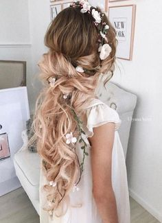 ¿Qué te parece esta idea de peinado para boda? En nuestro artículo puedes descubrir muchás más ideas de peinados de bodas de todo tipo como: recogidos, juveniles, de lado, sueltos, etc Have you seen this wedding hairstyle idea? Find numerous wedding hairstyle ideas in our article: updo, for long hair, to the side, half up half down, with flowers, vintage… #weddingideas #weddinghair #hairfashion #weddinghairstyles