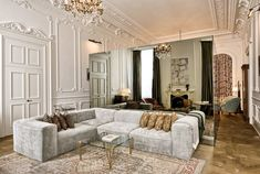 The best of luxury sofa design in a selection curated by Boca do Lobo to inspire interior designers Luxury Homes Interior, Luxury Home Decor, Classic Interior, Modern Interior Design, Luxury Sofa, Luxury Furniture, Luxury Hotels, Sofa Design, Design Art
