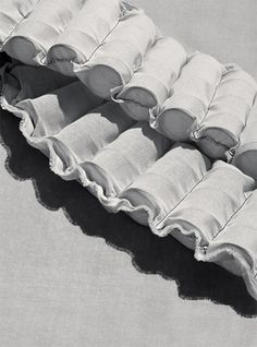 Zgodnie z tym, co sugeruje nazwa firmy Vispring, sprężyny są cennym składnikiem naszego przepisu na sukces. Wszystkie nasze sprężyny produkowane są u nas w zakładzie z najlepszej stali wanadowej. Proces produkcji nie zmienił się od 1901. Ułożone na wzór plastra miodu, wewnątrz kieszeni z naturalnego kaliko, zapewniają stałe podparcie bez zbędnego nacisku.