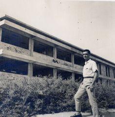 Ramón Mugica revisando la construcción del Edificio Principal (1968)
