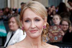 J.K. Rowling publicou livro usando 1 pseudônimo, confessa ter sido libertador http://www.bluebus.com.br/j-k-rowling-publicou-livro-usando-1-pseudonimo-confessa-ter-sido-libertador/