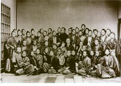 フルベッキ写真と呼ばれるのがこれです。ある意味有名な写真です。「幕末の志士が勢揃いした写真」ということで有名です。 中央にいる外国人がフルベッキという人...