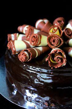 Kakkuviikarin vispailuja!: Suklaa-kinuskikakku kaakaokiilteellä Chocolate Fondue, Panna Cotta, Ethnic Recipes, Desserts, Food, Tailgate Desserts, Dulce De Leche, Deserts, Eten