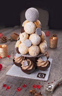 Coupelles de chocolat noir garnies d'un biscuit cacao, d'un crémeux caramel et d'une ganache légère & des choux fourrés d'un crémeux caramel et d'une crème légère au lait - Denis Matyasy