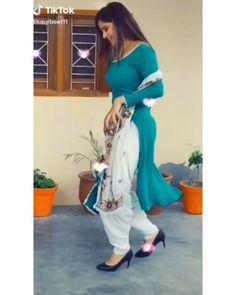 Punjabi Suit Simple, Punjabi Suits, Salwar Suits, Indian Fashion Trends, Punjabi Fashion, Ladies Suit Design, Secy Girls, Bollywood Suits, Patiala Suit Designs