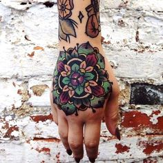 I would never get my hand tattooed but I love the design and colors of this. ..
