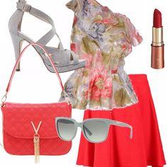 Partiamo dal focus labbra: un rossetto rosso! Gonna mini in rosso corallo, top monospalla floreale, sandalo con tacco grigio, occhiali stilosi e tracollina in tinta. Vi piace?