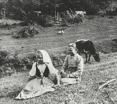 Slovak girls on a meadow. Native Country, Heart Of Europe, Eastern Europe, Vintage Pictures, Historical Photos, Folk Art, Character Design, Around The Worlds, Bulgaria