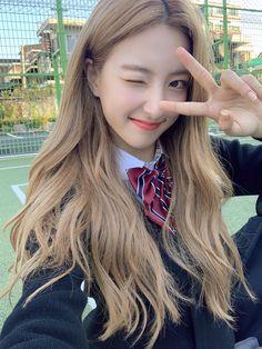 Yuehua Entertainment, Starship Entertainment, Cosmic Girls, Girl Crushes, Pretty Girls, Girl Group, That Look, Dreadlocks, Female